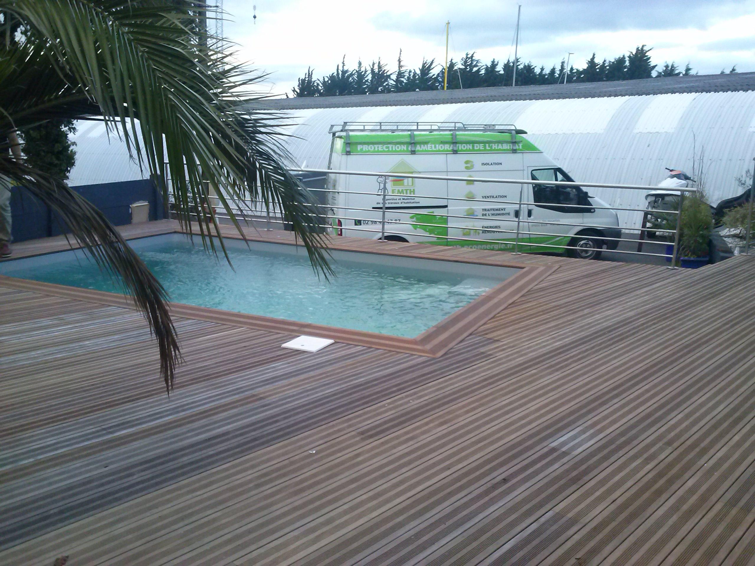 Terrasse bois ipé sur pilotis  autour d'un piscine